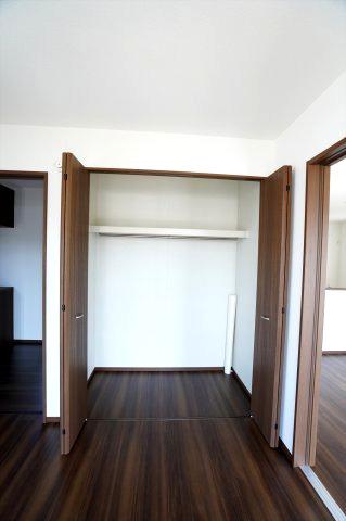 1階5.25帖 普段使いの衣類やバッグ等収納するのに便利です。