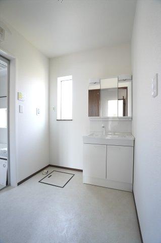 清潔感のある洗面脱衣所です。窓があるので換気もできます。