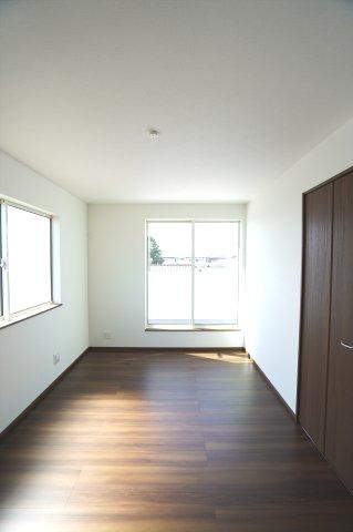 2階6帖 バルコニーがあるお部屋です。大きな窓から明るい光が差し込みます。