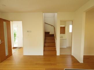 リビングイン階段はご家族の出入りの際にコミュニケーションの機会が生まれます。見た目もお洒落ですね。