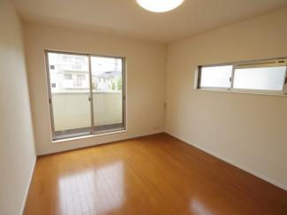 西側洋室7.5帖。階段を上がってすぐのお部屋です。 南西向きで一日中明るく快適なお部屋です。