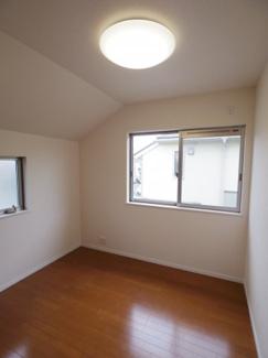 洋室約4.0帖。北側に位置するお部屋となりますが、2面採光により明るさも確保されたお部屋となっております。