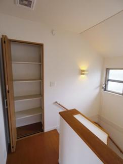 2階廊下にも収納がございます。階段室も明るくゆったりした空間となっております。