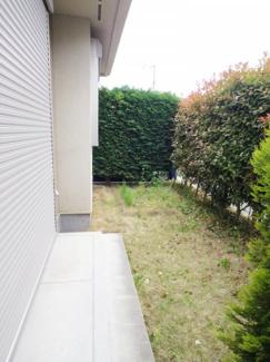 庭はご覧の通り植栽で囲まれ、通行人の視線を遮るほか、リビングからは緑の色彩が目にやさしく、敷地外からは品格を漂わせております。