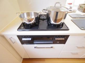 3口コンロはお料理の効率も上がり、周囲の収納も多く快適に作業いただけます。