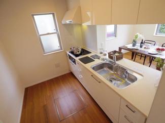キッチンには窓があり、広々とした効率的な作業スペースが確保されております。また、収納も多いので、散らかりがちなキッチンもスッキリ整頓できます。
