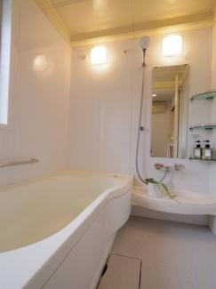バスルームは白を基調に清潔感溢れるスペースとなっておりバスタブもゆったりサイズでリラックスしていただけます。