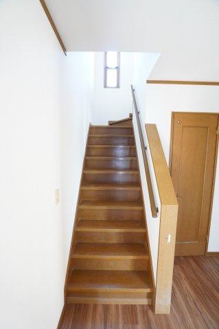 手すり付階段です。お子様やご年配の方も上り下りがスムーズで安心ですね。