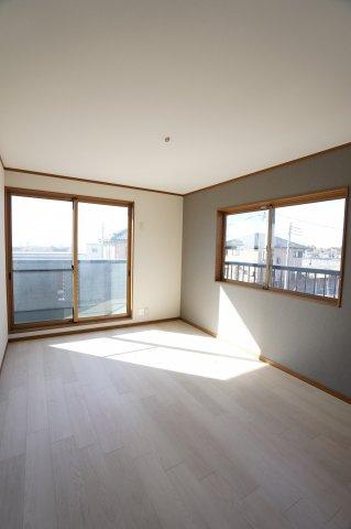 南向きの明るいお部屋です。昼間はポカポカとした陽が差し込み快適に過ごせます。
