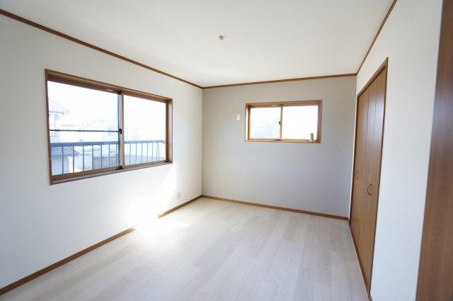 窓が2面あるので採光・通風のよいお部屋です。