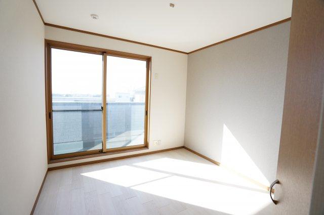 南向きの明るいお部屋です。3ヶ所から出入りできる共通のバルコニーがあります。