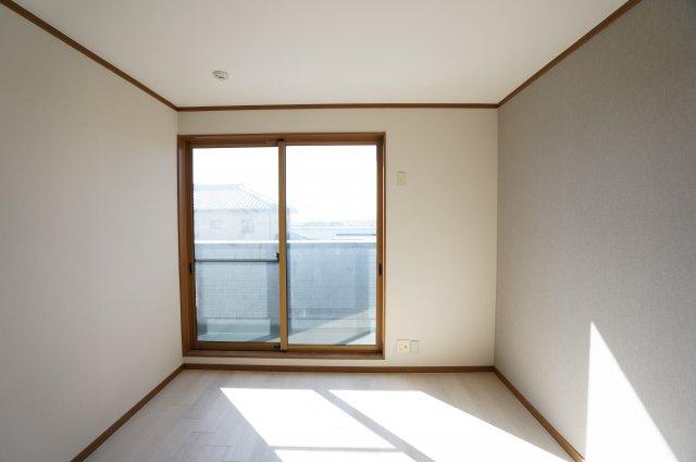 南向きの明るいお部屋です。陽当りのよいお部屋で快適に過ごせそうですね。