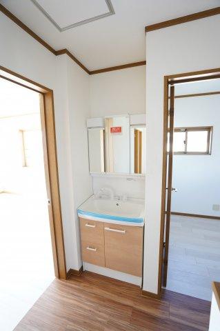 2階 ちょっと手を洗いたいときにあると便利です。また、朝の忙しい時間帯は洗面台の混雑を分散させることもできます。