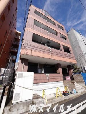 重量鉄骨5階建て全23世帯のマンションです。