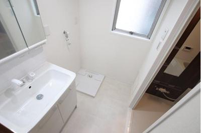 朝の身支度にも便利な洗面化粧台。隣には室内洗濯機置場ございます。