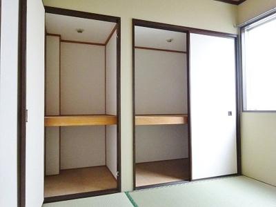 和室4.5帖のお部屋にある押入れと収納スペースです!たっぷり収納できてお洋服や荷物が多くてもお部屋すっきり☆