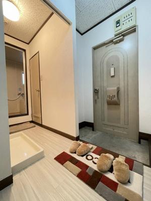 室内から玄関への景観です!左手に洗面所があります☆