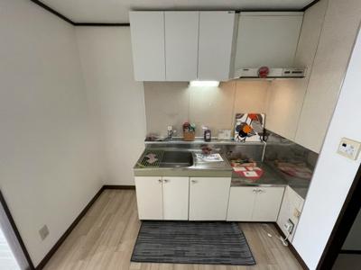 ガスコンロ設置可能のキッチンです☆場所を取るお鍋やお皿もたっぷり収納できてお料理がはかどります!
