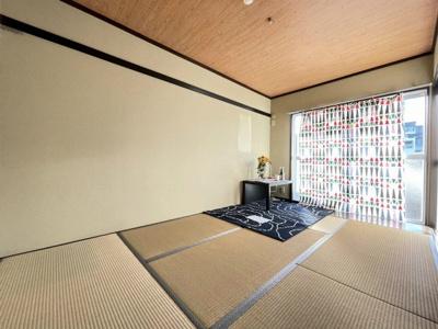 テラスに繋がる西向き6帖の落ち着く和室です!和室は冬場はコタツでほっこり♪夏は意外と涼しくて使い勝手がいいんですよ♪