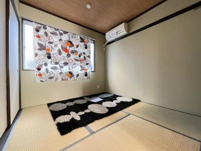ダイニングキッチンから繋がる和室4.5帖のお部屋です!押入れと収納スペースがあるので荷物の多い方も安心♪
