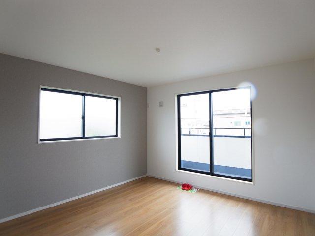現地写真 全室二面採光で明るく風通しの良い2階洋室♪