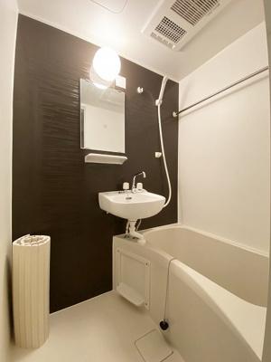 バスルームは洗面台付きの2点ユニットです♪追い焚き機能・浴室暖房乾燥機&物干しバー付きです♪お風呂に浸かって一日の疲れもすっきりリフレッシュ♪