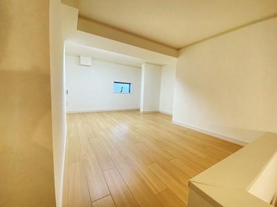 洋室5.5帖のお部屋にある4.4帖のロフトスペースです!ロフトスペースには窓があるので多用途に使用できます♪