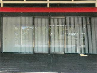 建物前面の自動ドア。用途により使用可能です。