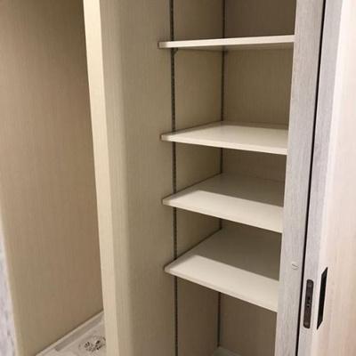 室内洗濯機置場の隣には便利な可動棚付き