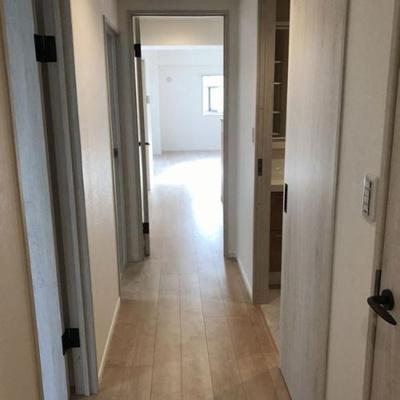 リビング、お部屋に通じる廊下部分です。