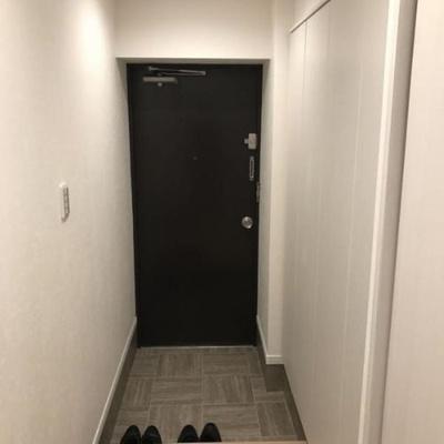 玄関スペース。シューズボックスと収納がございます。