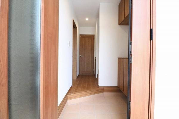 大きなシューズボックスの付いた木の温もりを感じられる玄関です♪