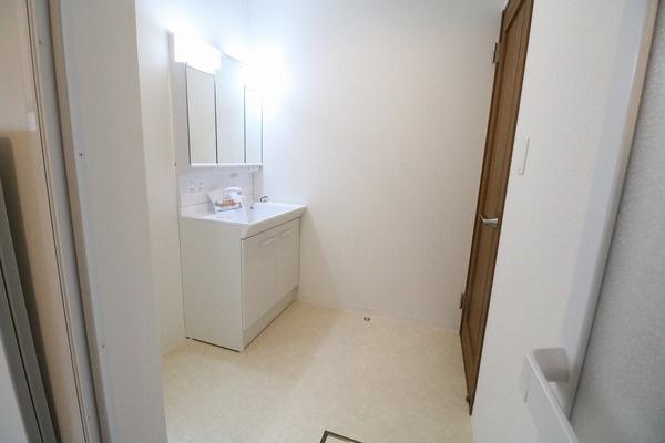 脱衣スペースも広々の洗面所♪