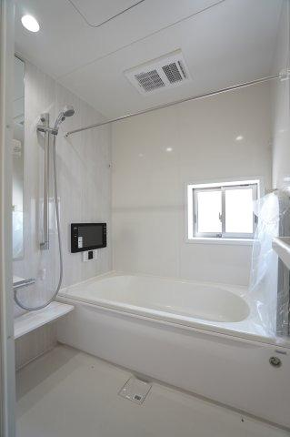 1坪サイズ浴室で足を伸ばせる広々とした浴槽で、1日の疲れをゆっくり癒すことができますよ。