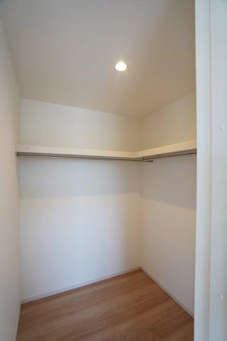 2階8帖 枕棚、ハンガーパイプ付き。洋服の多い方でもたっぷり収納できます。