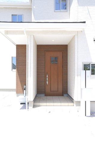 木目調の玄関ドアでやさしく温かみのある空間になります。