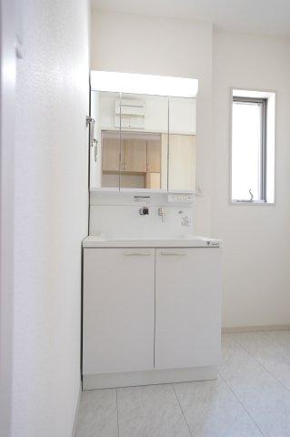 三面鏡の収納で歯ブラシや化粧品、小物等すっきり片づけられます。