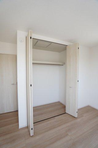 2階6.5帖 バルコニーがあり大きな掃出し窓で明るいお部屋です。