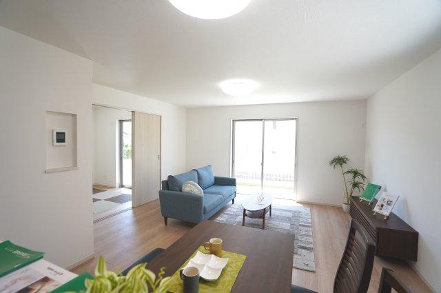 リビングは18帖、隣の洋室4.5帖を開放すればリビングの延長として開放的な空間となります。
