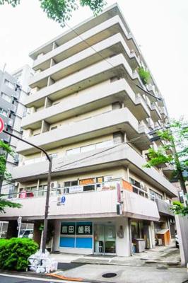 東急目黒線「不動前」駅徒歩約2分、JR山手線「目黒」駅徒歩圏内。