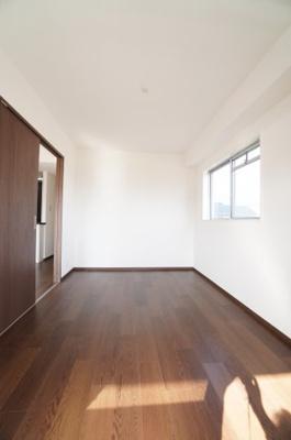 【南側洋室約5.4帖】 全室に窓のある採光設計、心地よい光はもちろん、 全体に風の通る快適な居住空間です。