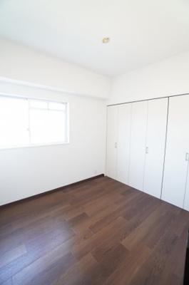 【中部屋洋室約5.1帖】 居室にはクローゼットを完備し、 自由度の高い家具の配置が叶うシンプルな空間です。 お子様の成長と必要になる子供部屋にするには ぴったりの間取りですね。
