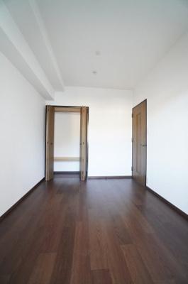 【北側洋室約5.4帖】 居室にはクローゼットを完備し、 自由度の高い家具の配置が叶うシンプルな空間です。