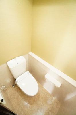 【サニタリールーム】 高機能のトイレです。 ペーパーホルダーも 2連になっているので、 もしもの時も慌てない! あると嬉しい棚付いてます!