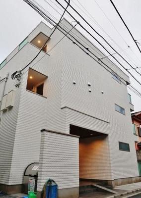鉄骨造のがっしりした建物。