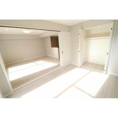 LDKに隣接した洋室の扉を開けると開放的な空間になります。