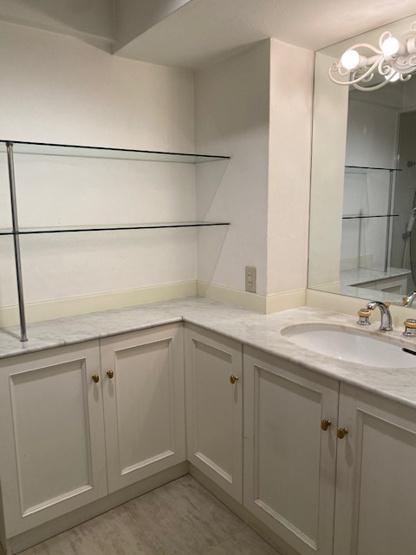 白を基調とした素敵なパウダールームです♪ 収納たっぷりなのも嬉しいですね♪