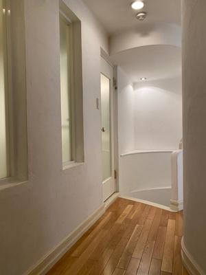 1階の廊下部分です。 地下に降りる階段がございます。