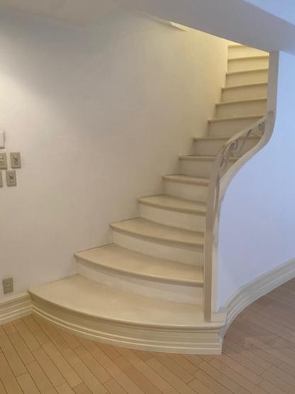 コチラメゾネットタイプの住宅ですので、階段がございます。 存在感のある素敵な階段ですね♪