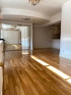 1階(上階)部分には、水廻りとリビング、庭、アトリウムがございます。 リビングにある収納の扉は鏡になっており、お部屋をより広く見せてくれています。